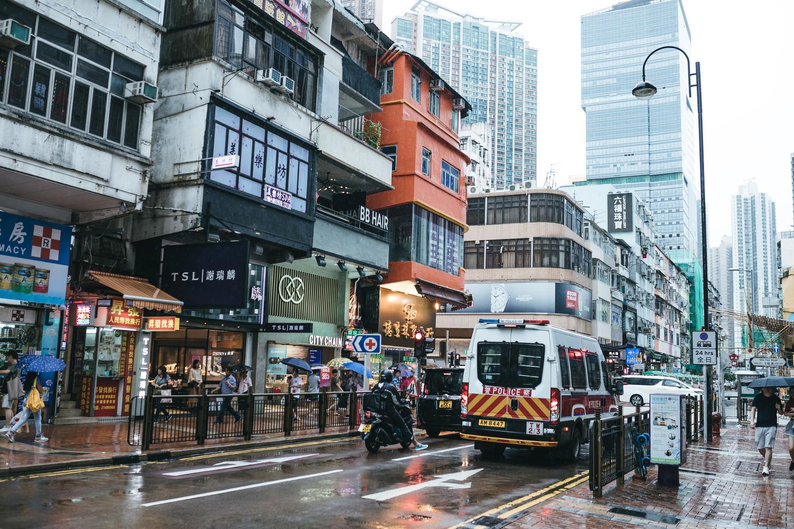 「香港の市街地と警察車両」の写真