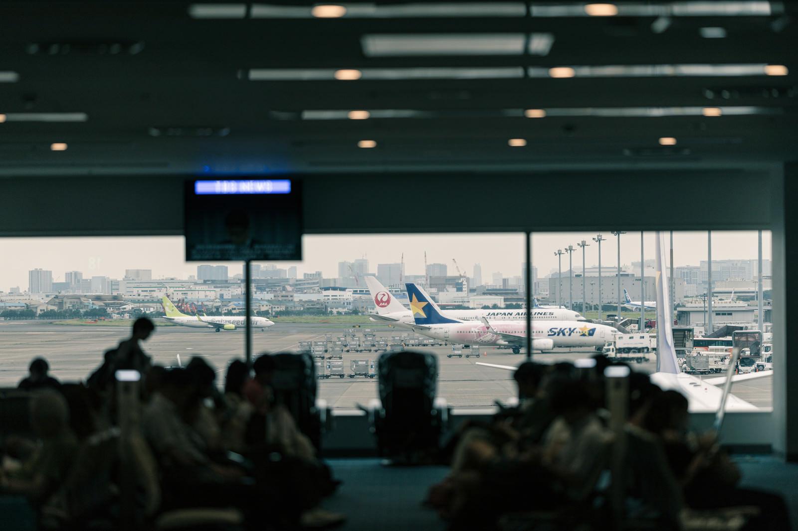 「空港ロビーから見える旅客機」の写真