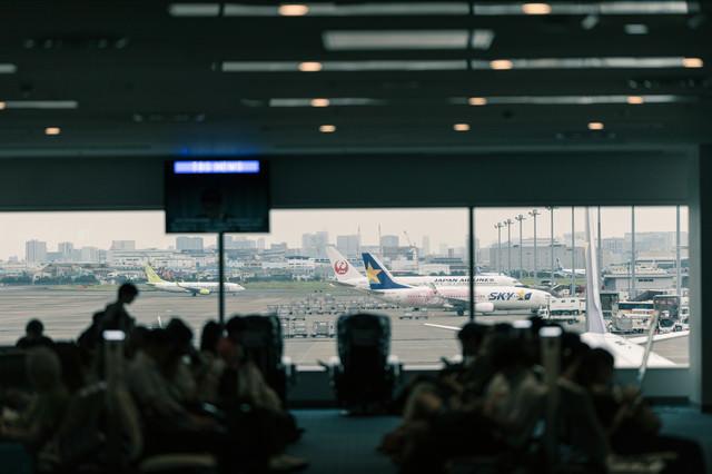 空港ロビーから見える旅客機の写真