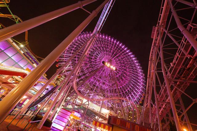 横浜コスモワールドの観覧車とコースターのレールの写真