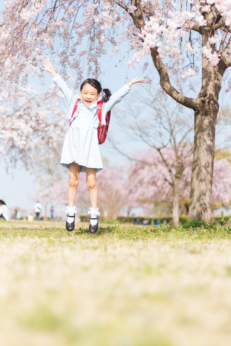 「一年生になりましたぁ!一年生になりましたぁ!」[モデル:あんじゅ]のフリー写真素材を拡大