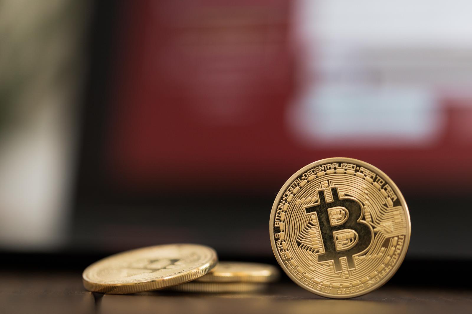 「赤い画面とビットコイン」の写真
