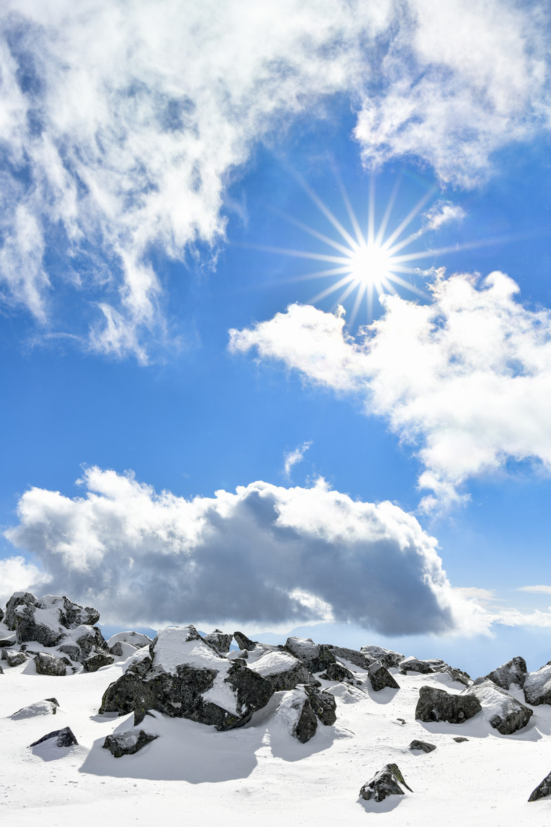 「八ヶ岳山頂から見るすがすがしい空の景色(蓼科山)」の写真