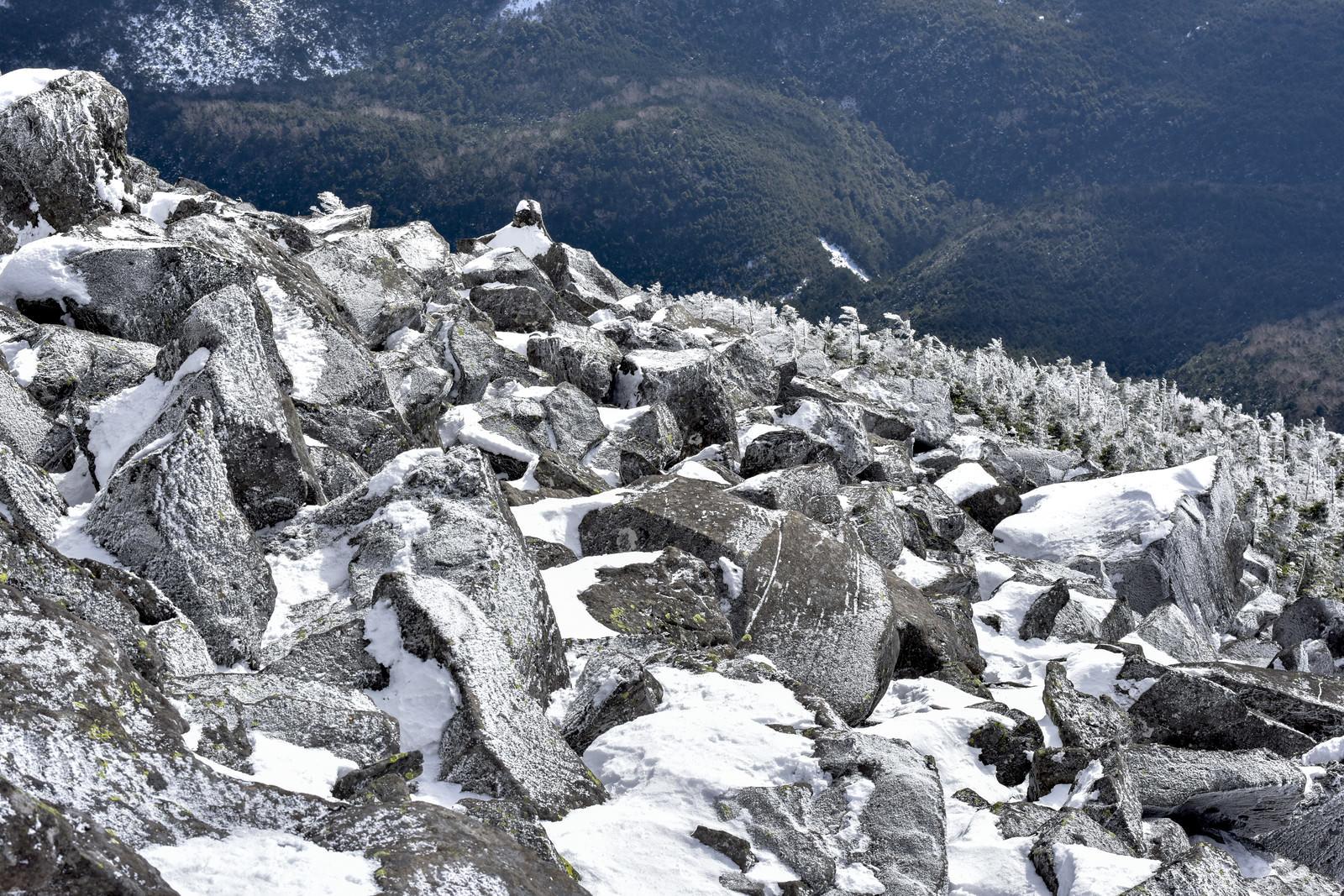 「凍った岩が連なる蓼科山山頂付近」の写真