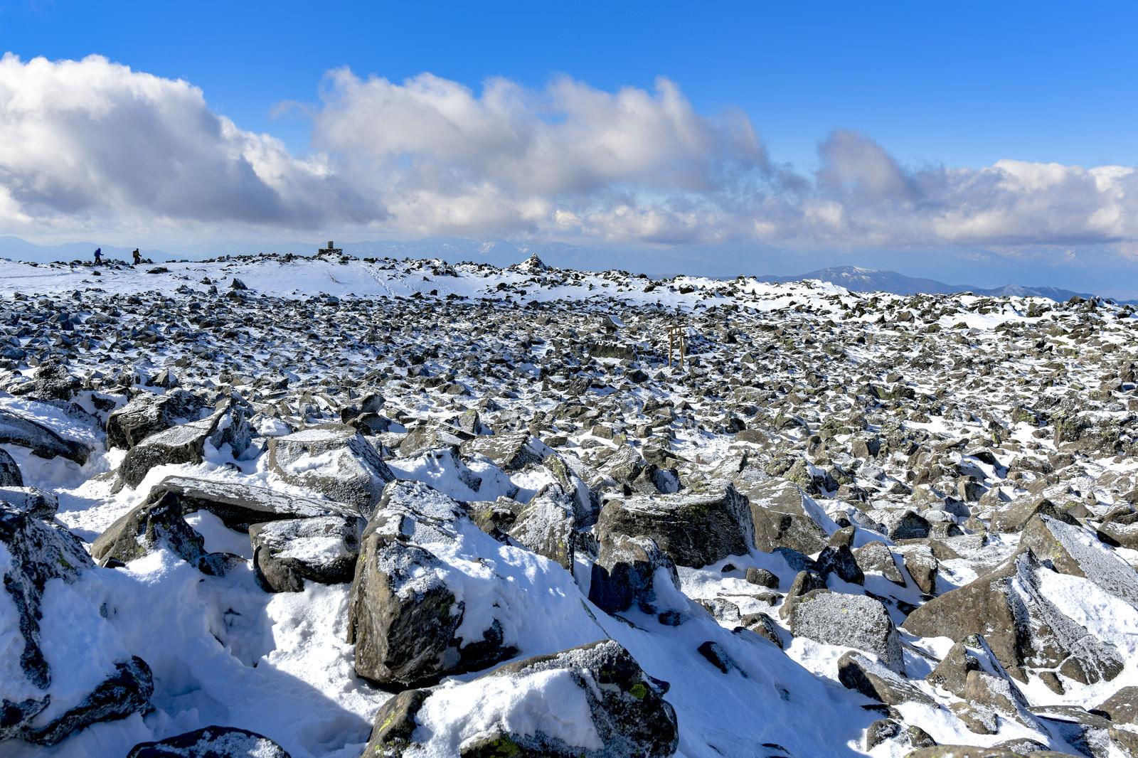 「岩が広がる蓼科山山頂の景色」の写真