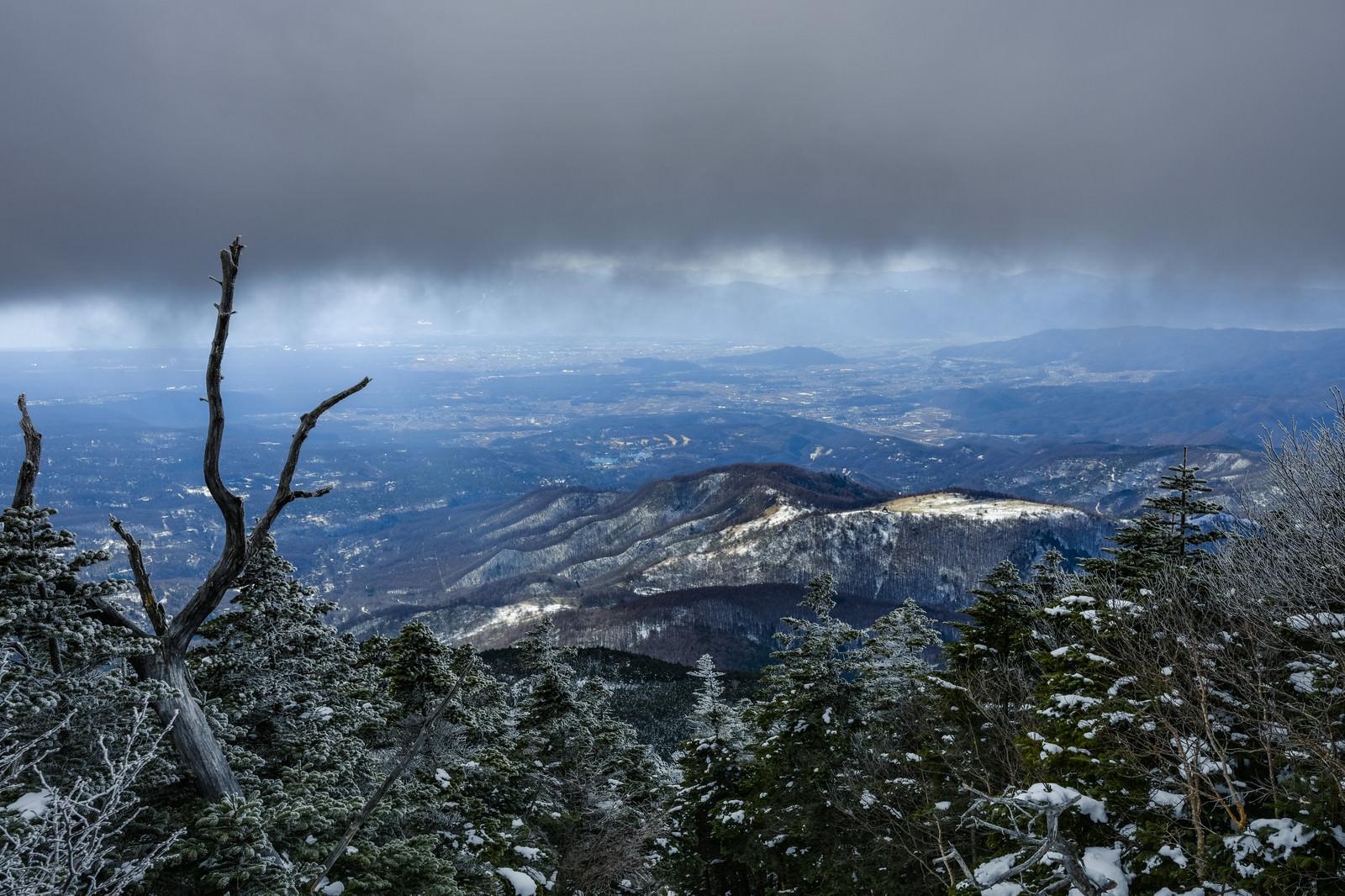 「曇天の蓼科山から見る麓の景色」の写真