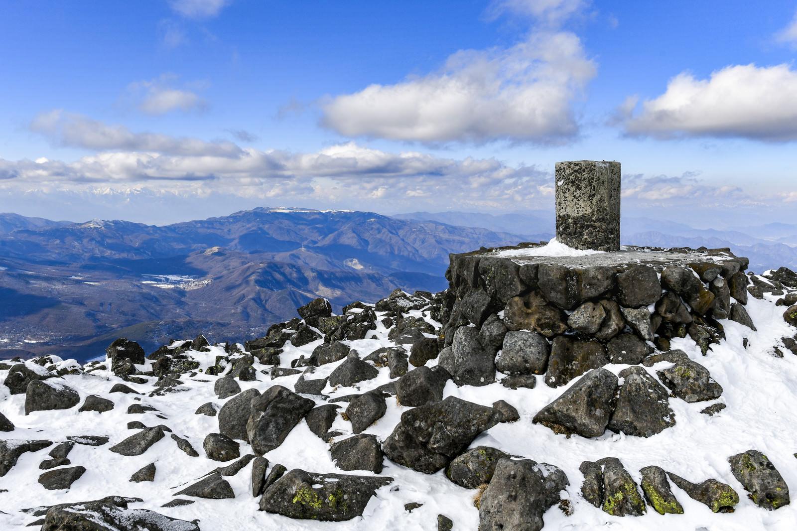 「蓼科山山頂の碑と美ヶ原方面の景色」の写真