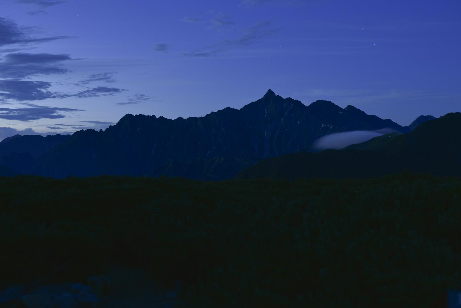 「夜明けにシルエットが浮かび上がる槍ヶ岳(鷲羽岳)」の写真