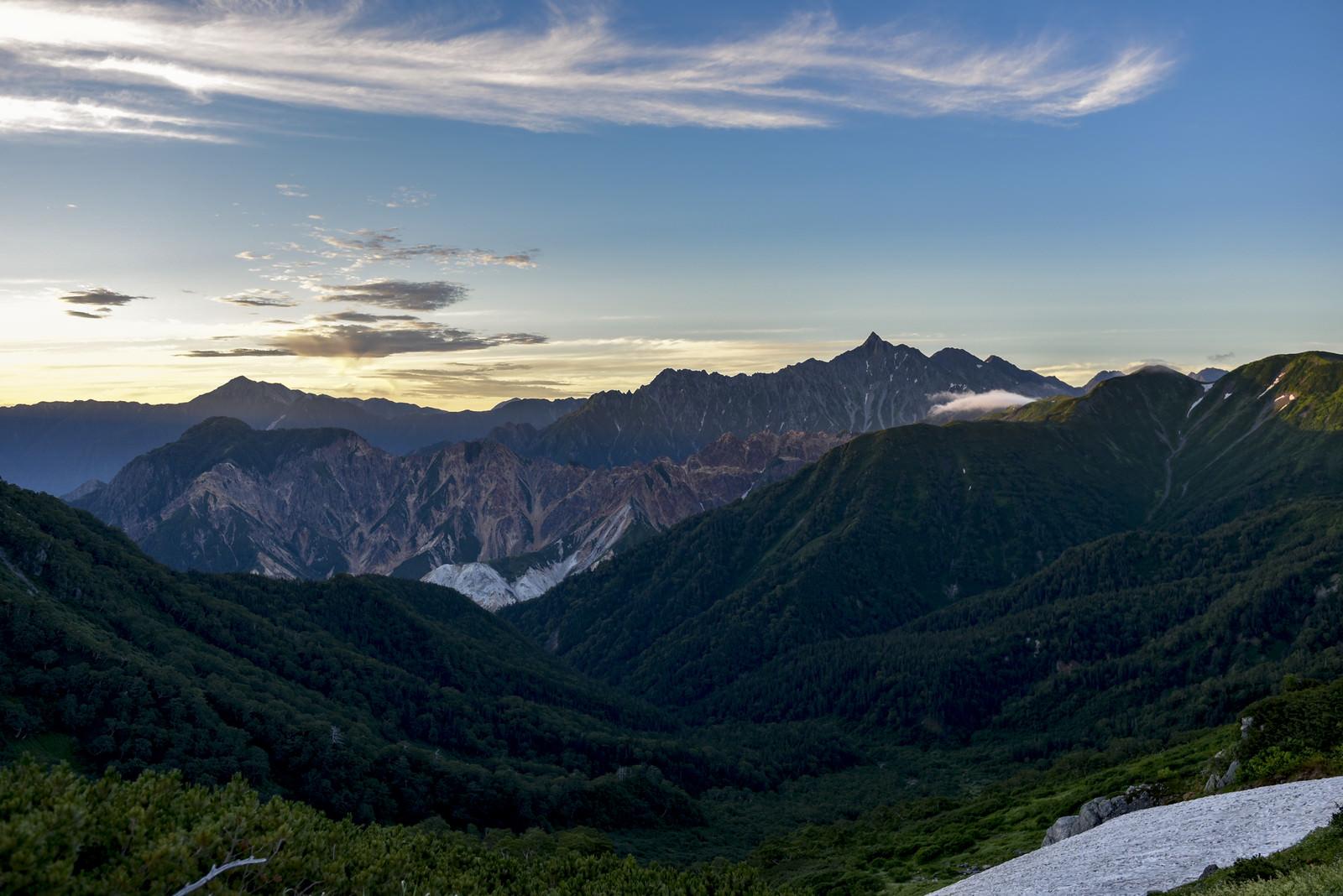 「夜明けの光に照らされる槍ヶ岳(裏銀座側から)」の写真