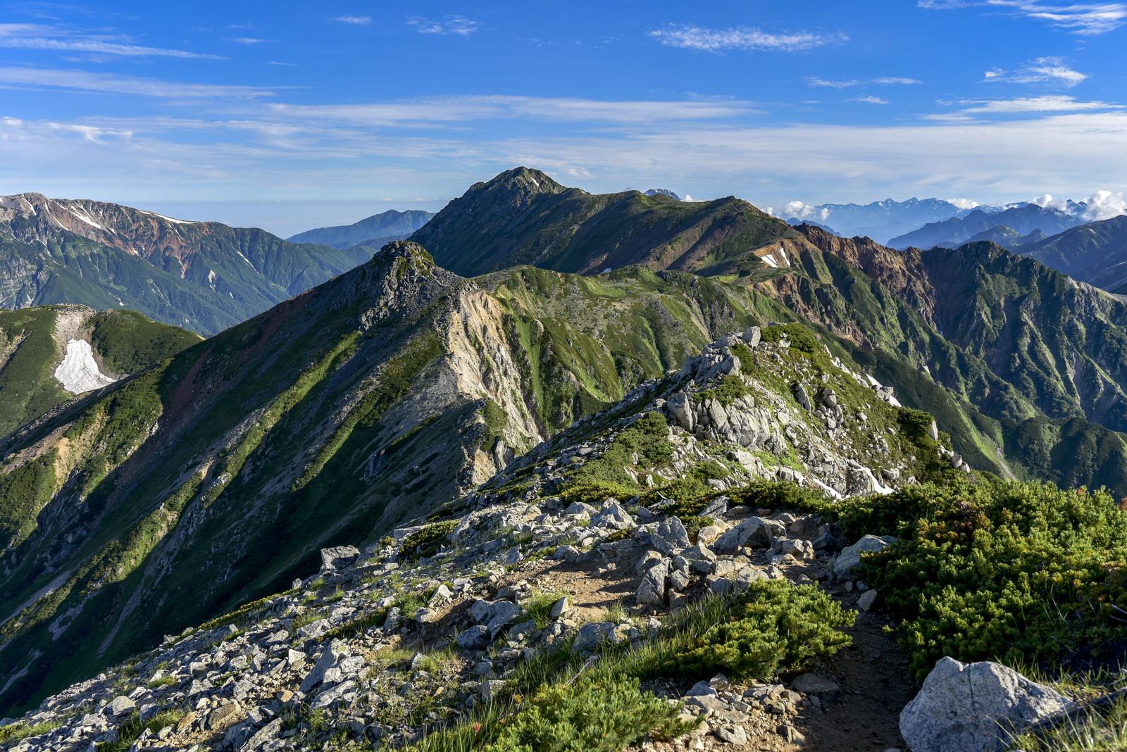 「鷲羽岳から水晶岳へとつながる稜線」の写真