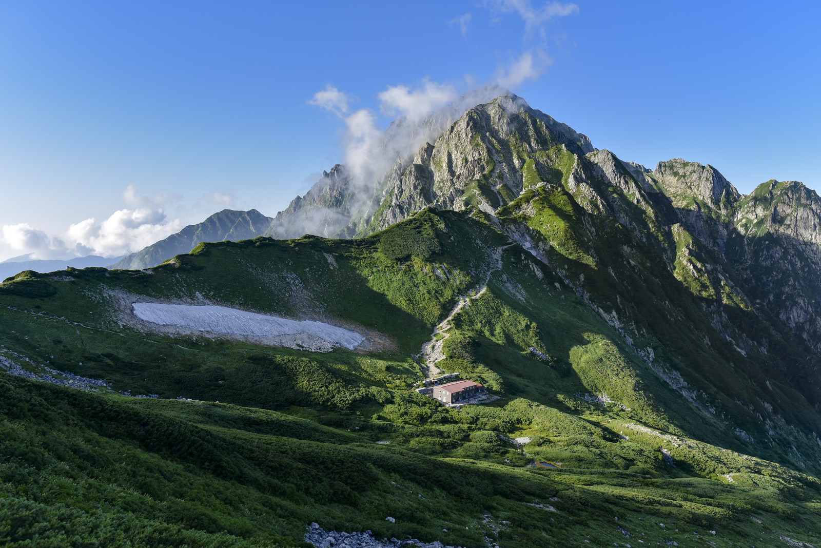 「剱岳の麓に立つ山荘と剱岳の眺め(立山)」の写真