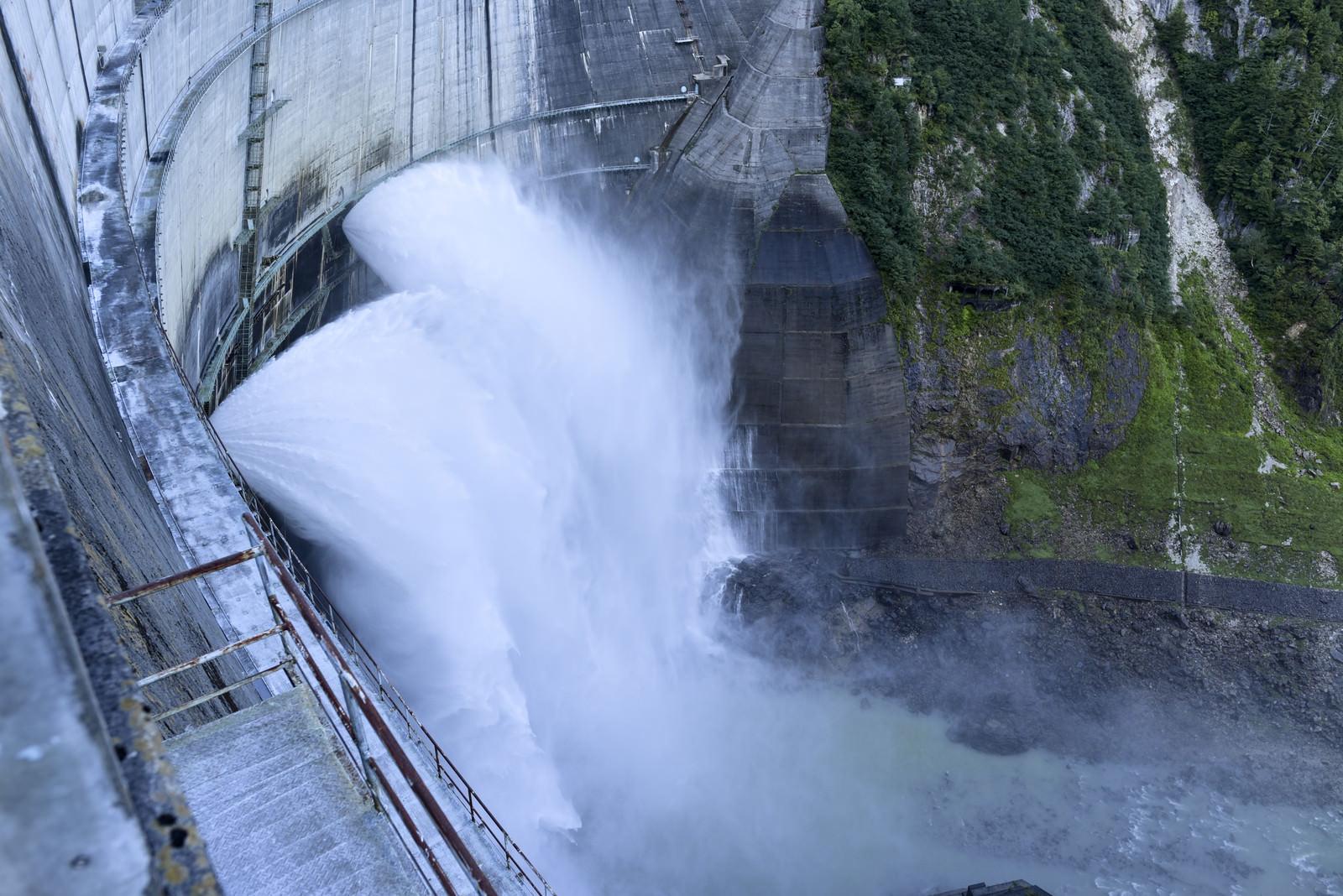 「黒部ダムの観光放水(立山)」の写真