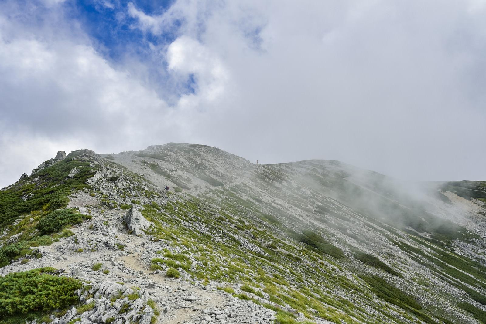 「ガスに包まれる立山別山付近の景色(剱岳)」の写真