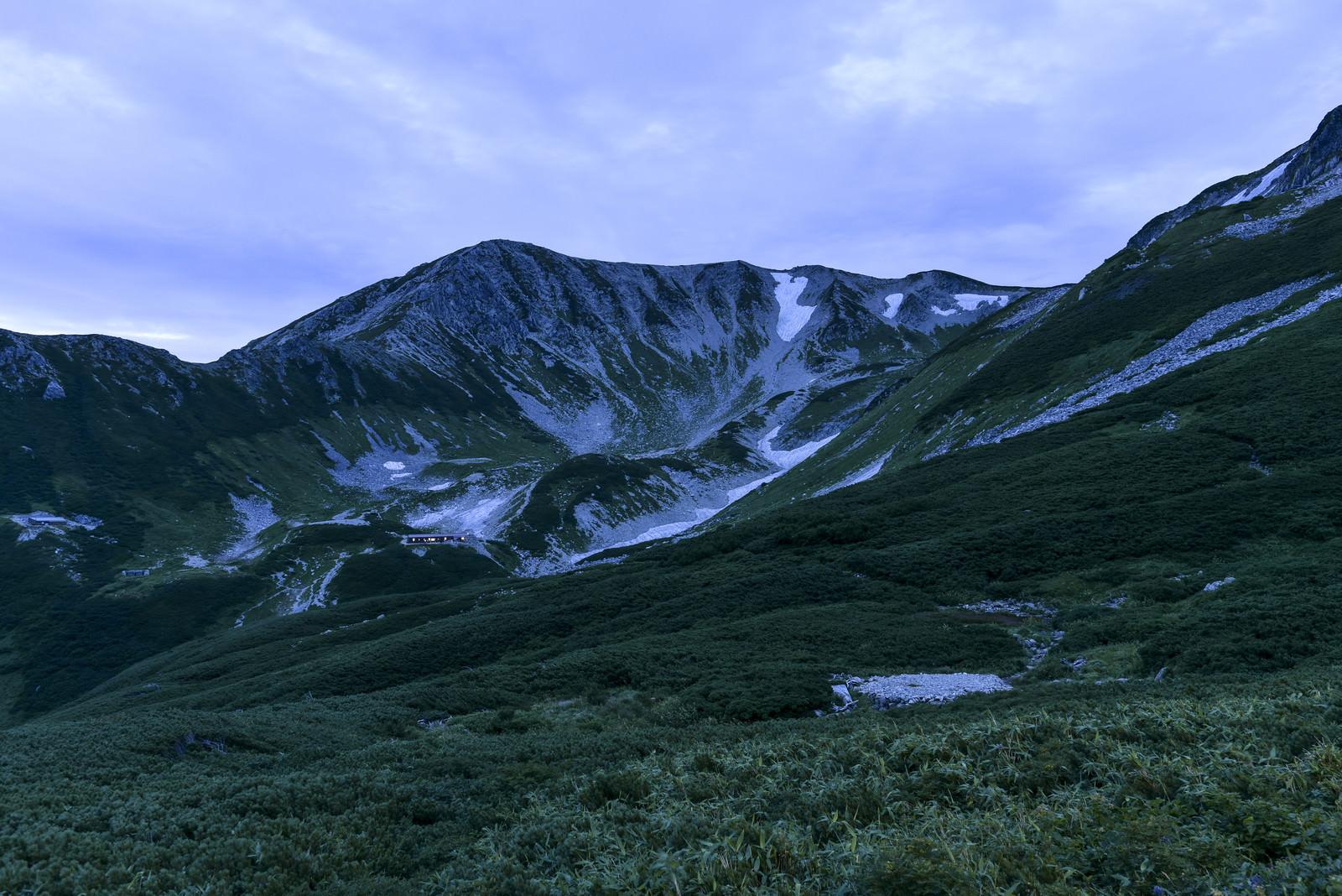 「夜明けの光を待つ劒沢(剱岳)」の写真