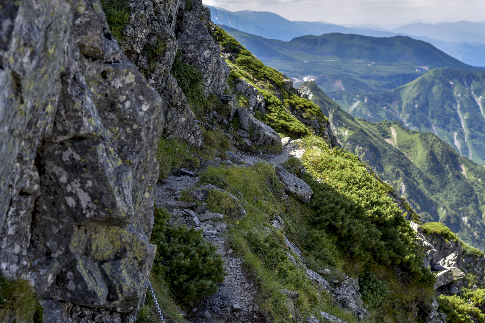 「気を抜けば滑落する険しい登山道が続く剱岳」の写真