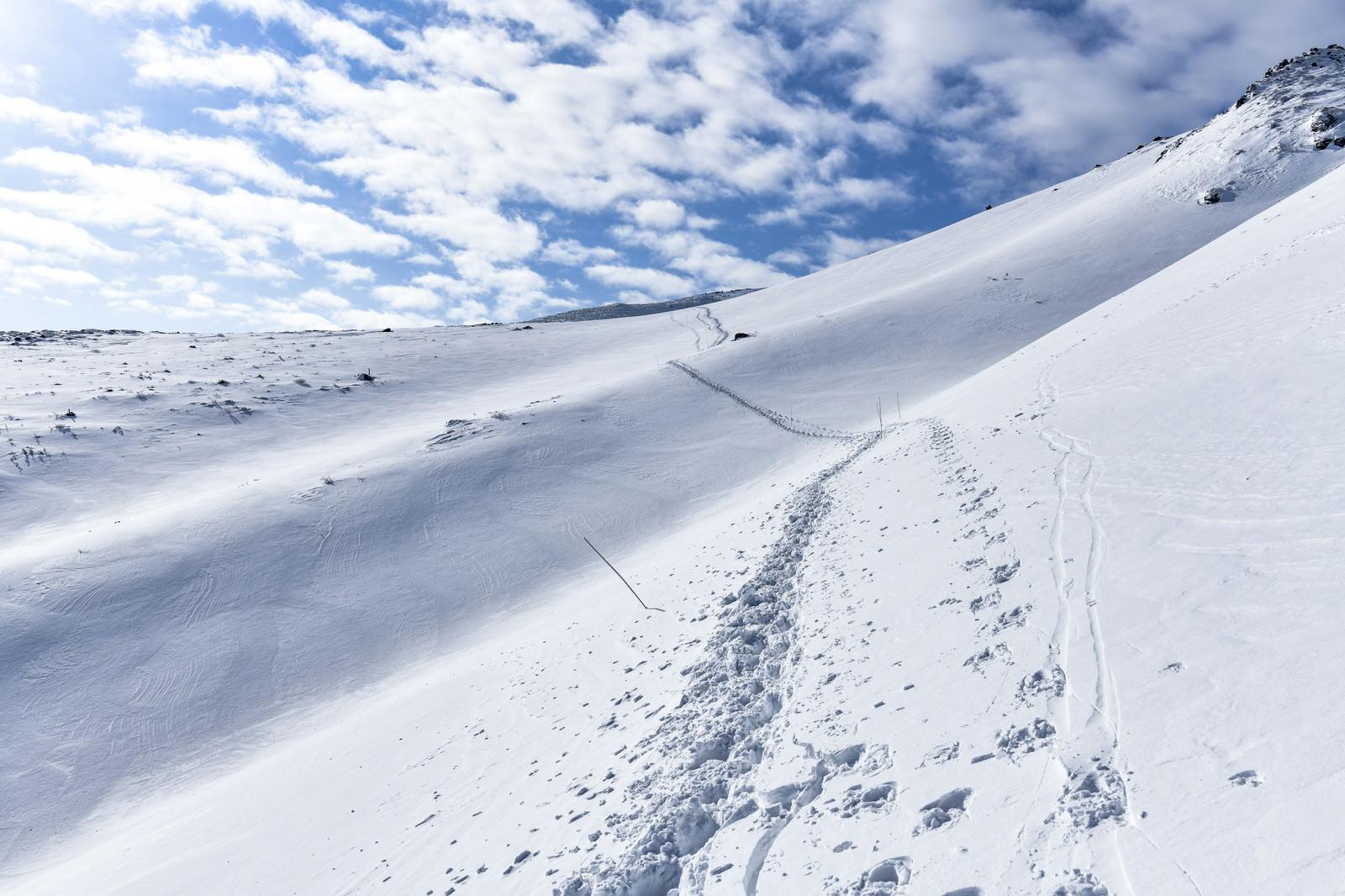 「冬の安達太良山の斜面についたトレース」の写真