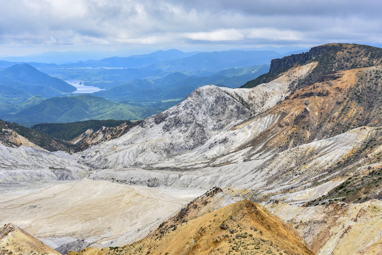 「安達太良山爆裂火口と秋元湖方面」の写真