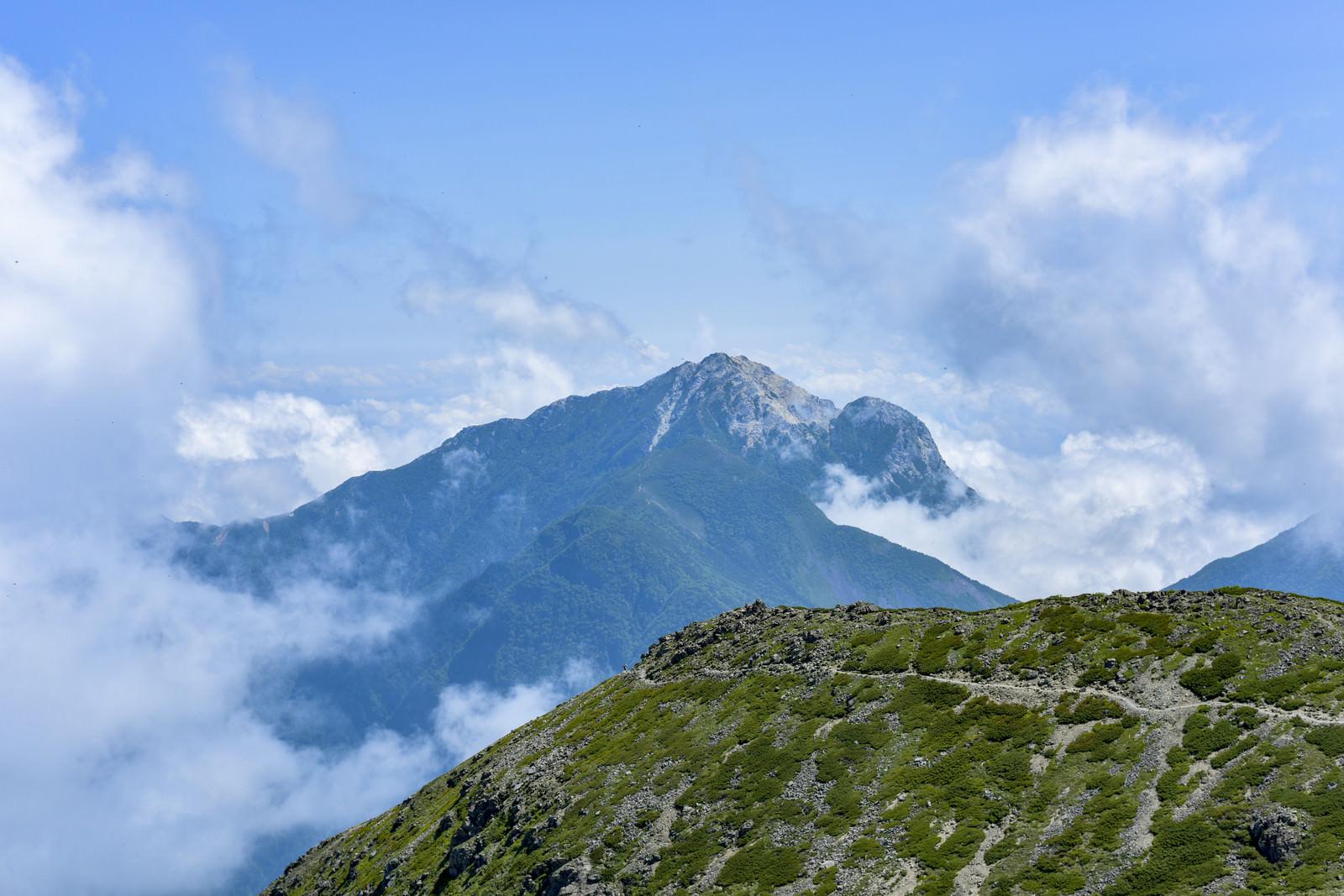 「真っ白な山頂が特徴的な甲斐駒ヶ岳(仙丈ヶ岳)」の写真