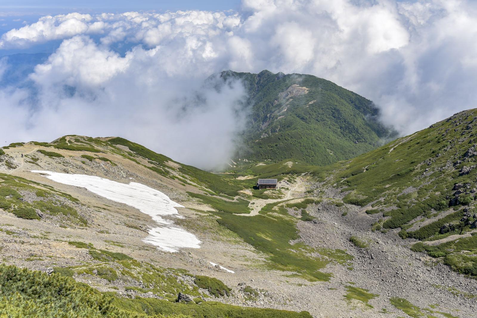 「雲が迫りくる仙丈ヶ岳の小屋」の写真