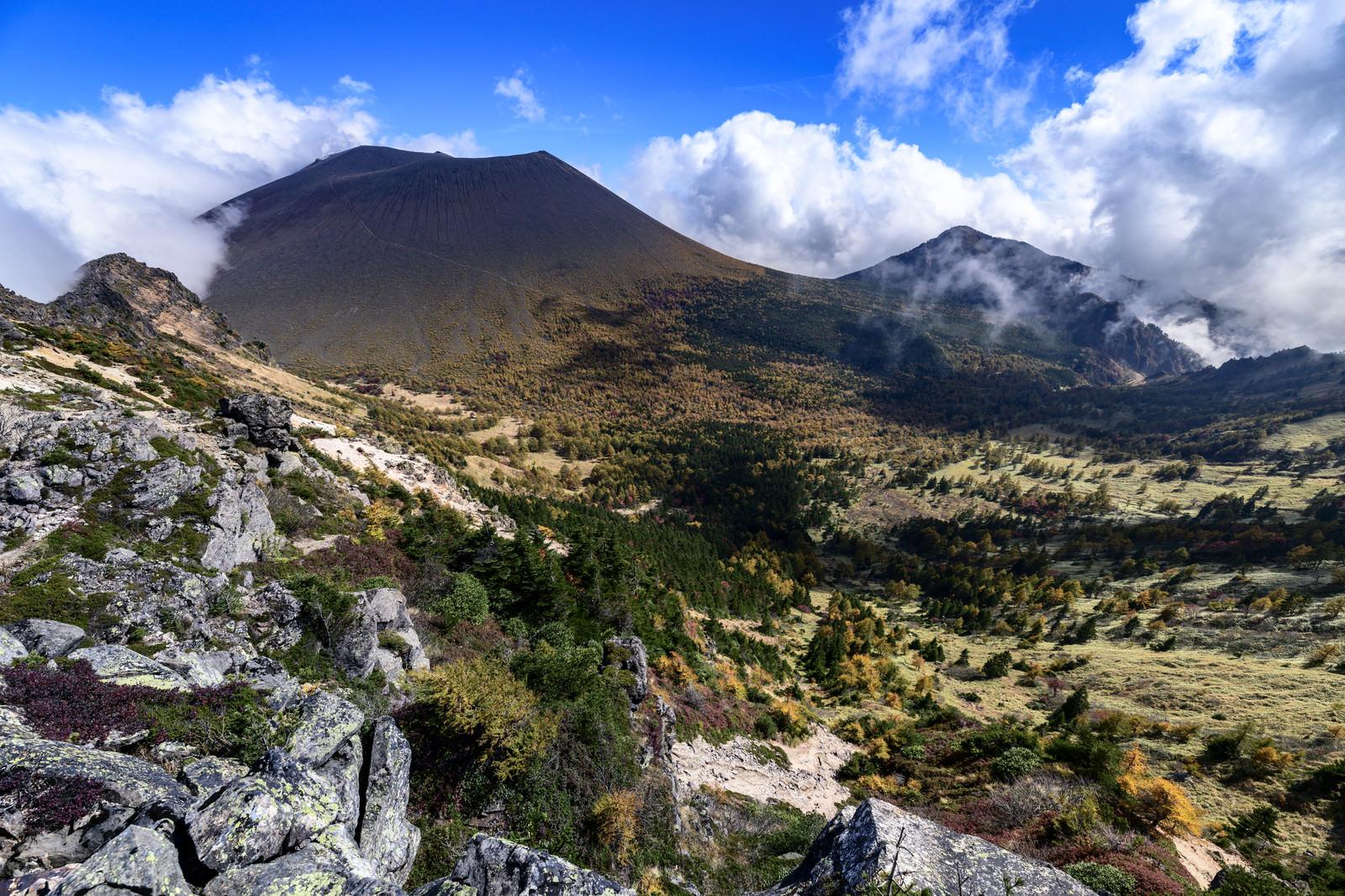 「紅葉の浅間山(あさまやま)」の写真