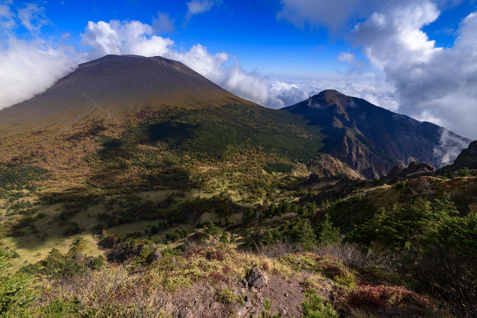 「黒斑山から見る紅葉の浅間山」の写真