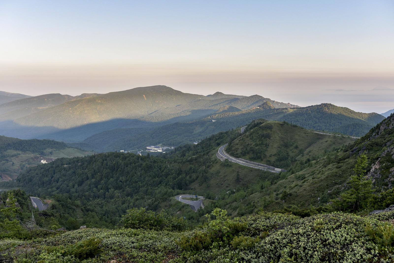 「早朝の草津白根山につながる山道」の写真