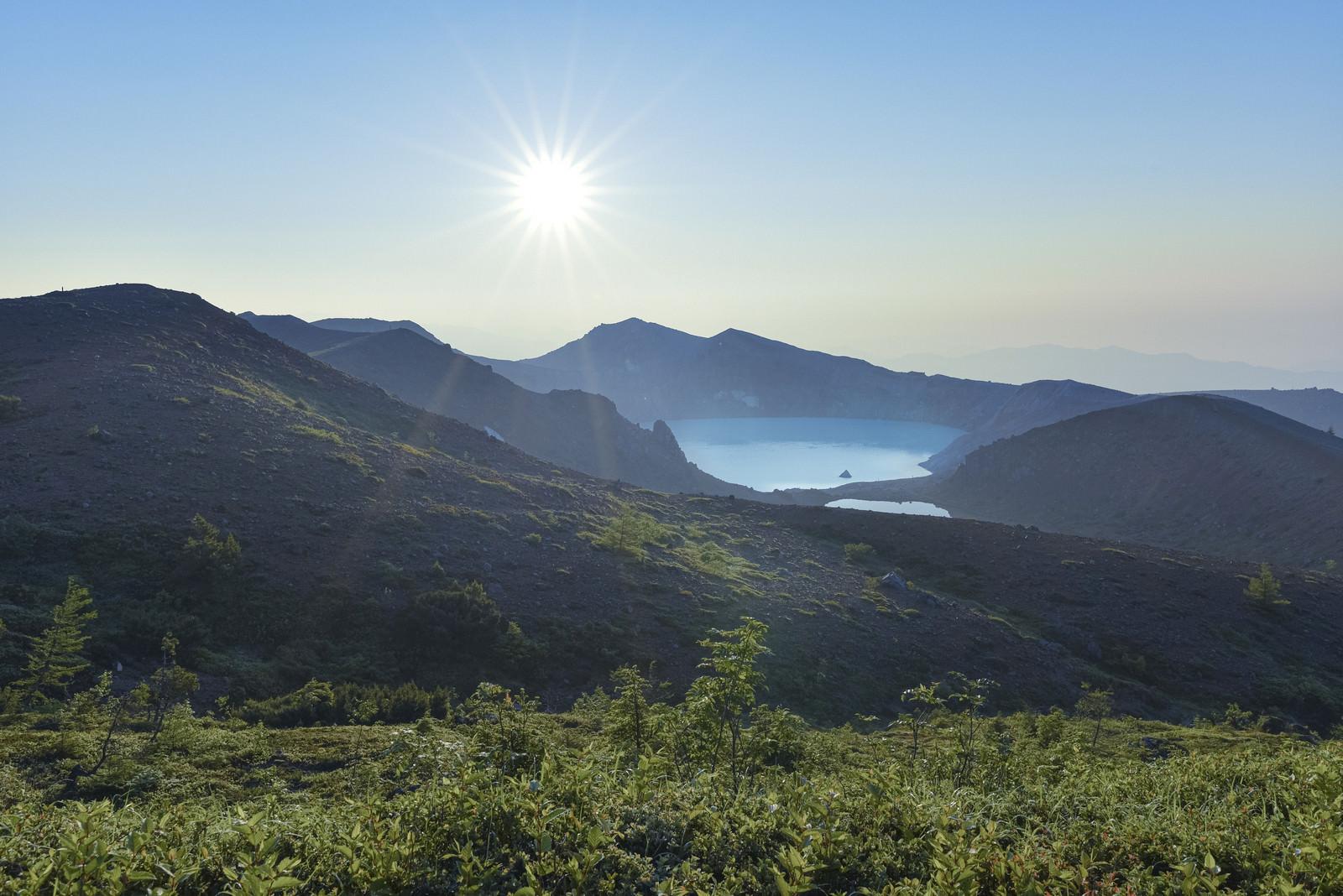「朝焼けに輝く草津白根山湯釜」の写真