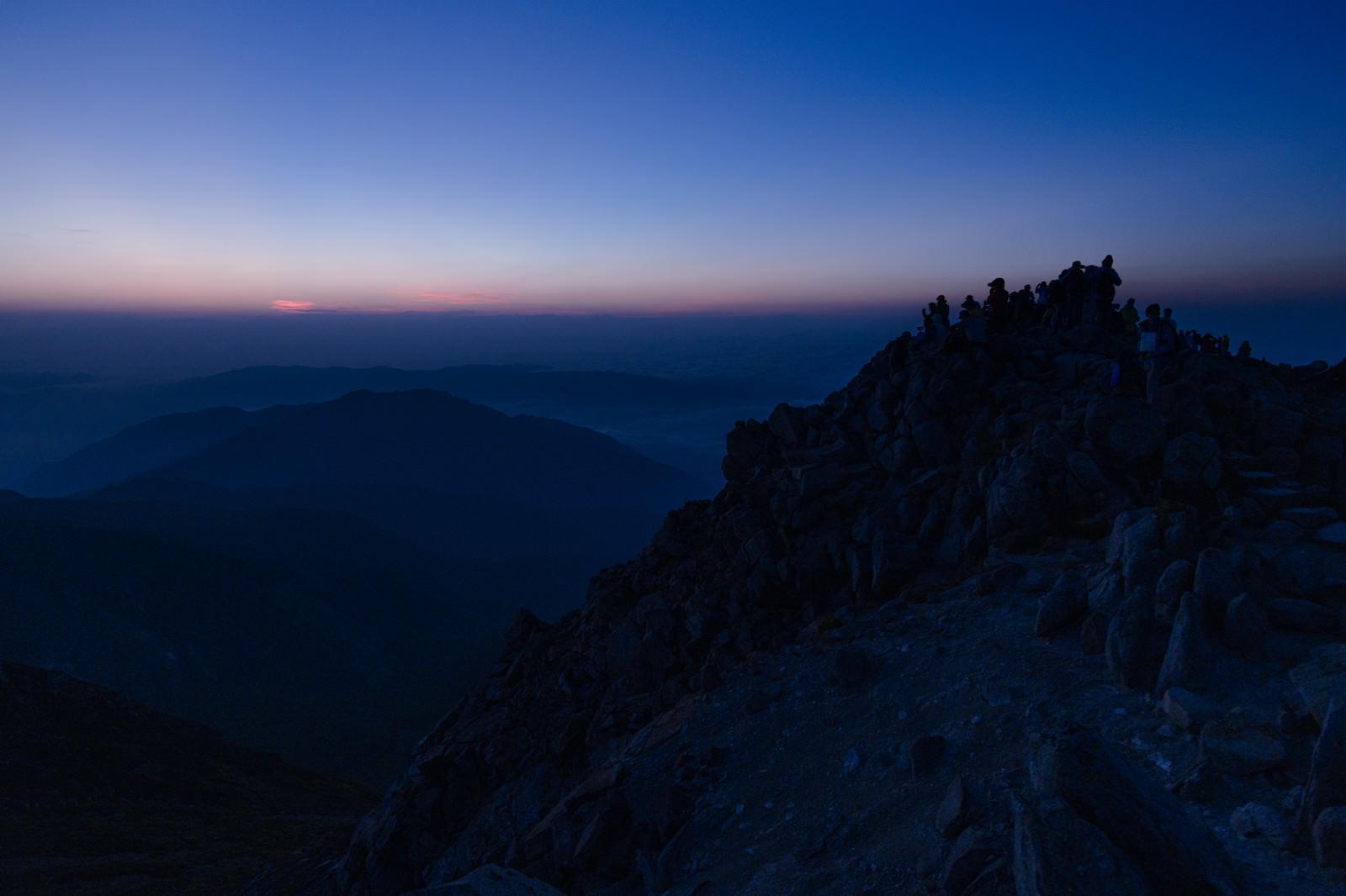 「ご来光を今か今かと待つ御前峰の登山者たち(白山)」の写真