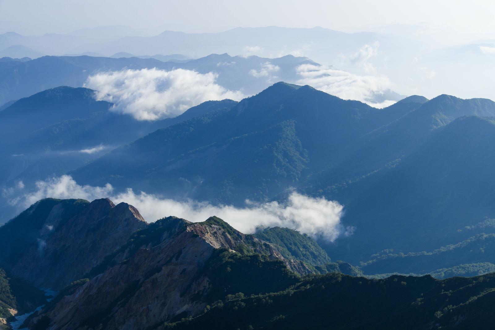 「低い雲を纏った白山の山々」の写真