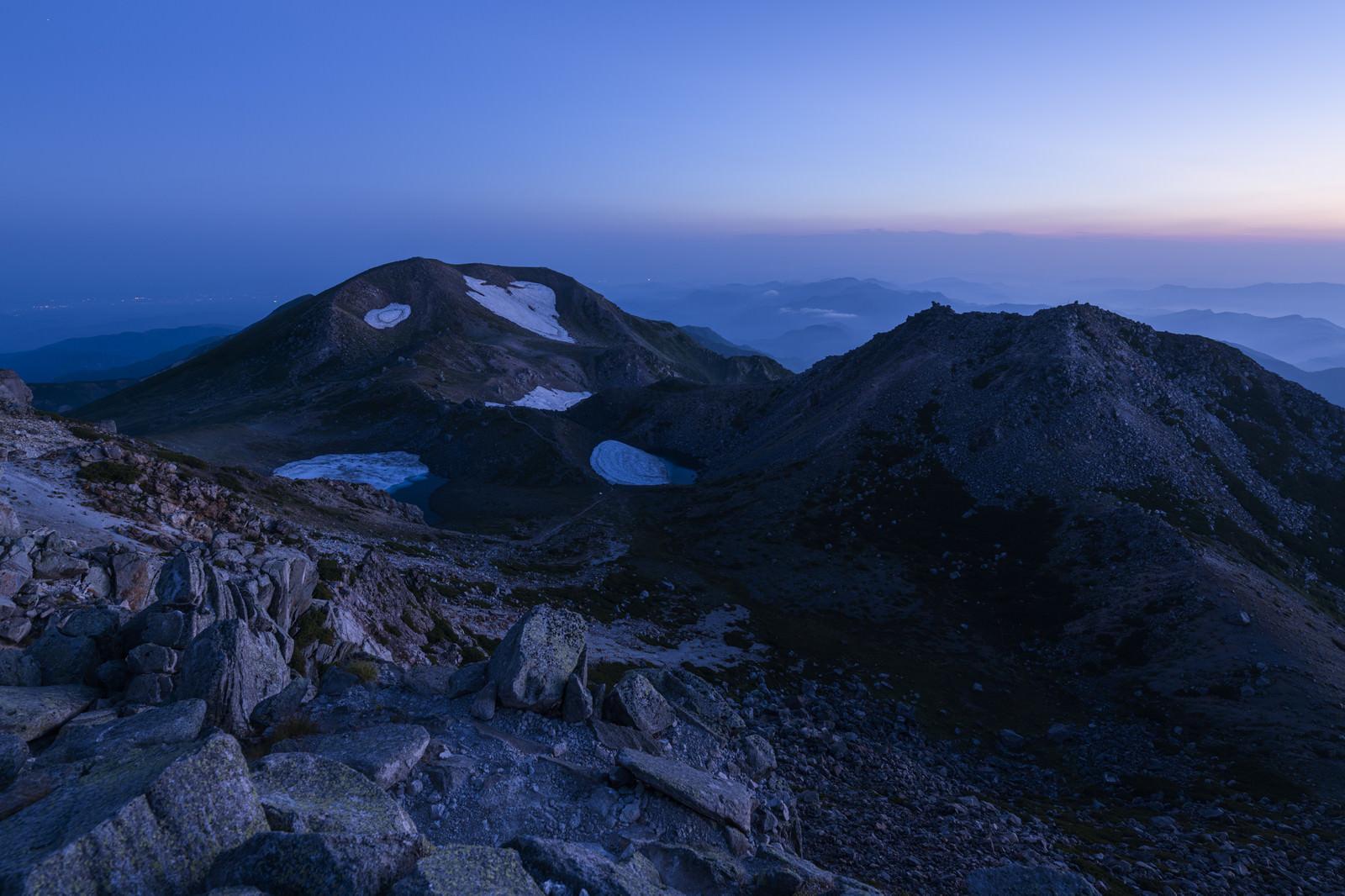 「夜明けを待つ大汝峰と剣ヶ峰(白山)」の写真
