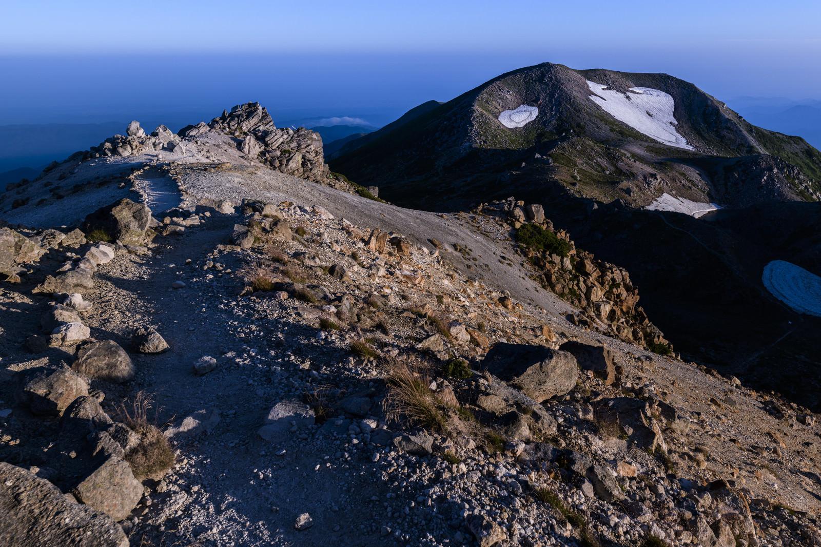 「御前峰から大汝峰へと向かう道(白山)」の写真