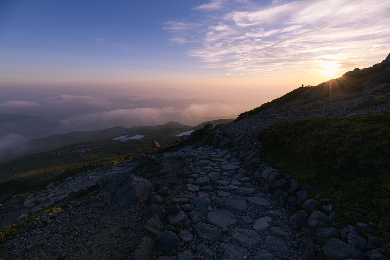 「御前峰から見る夕日の日本海方面の雲海(白山)」の写真