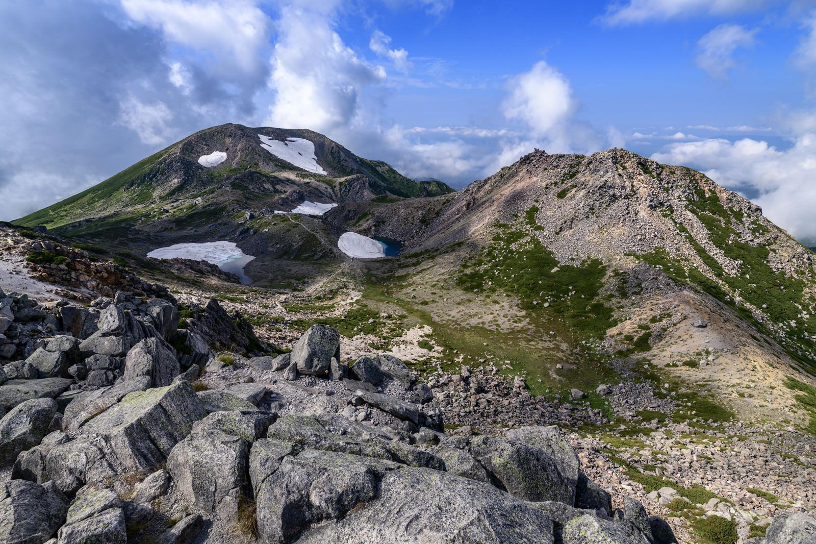 「晴れた空の下の大汝峰と剣ヶ峰(白山)」の写真