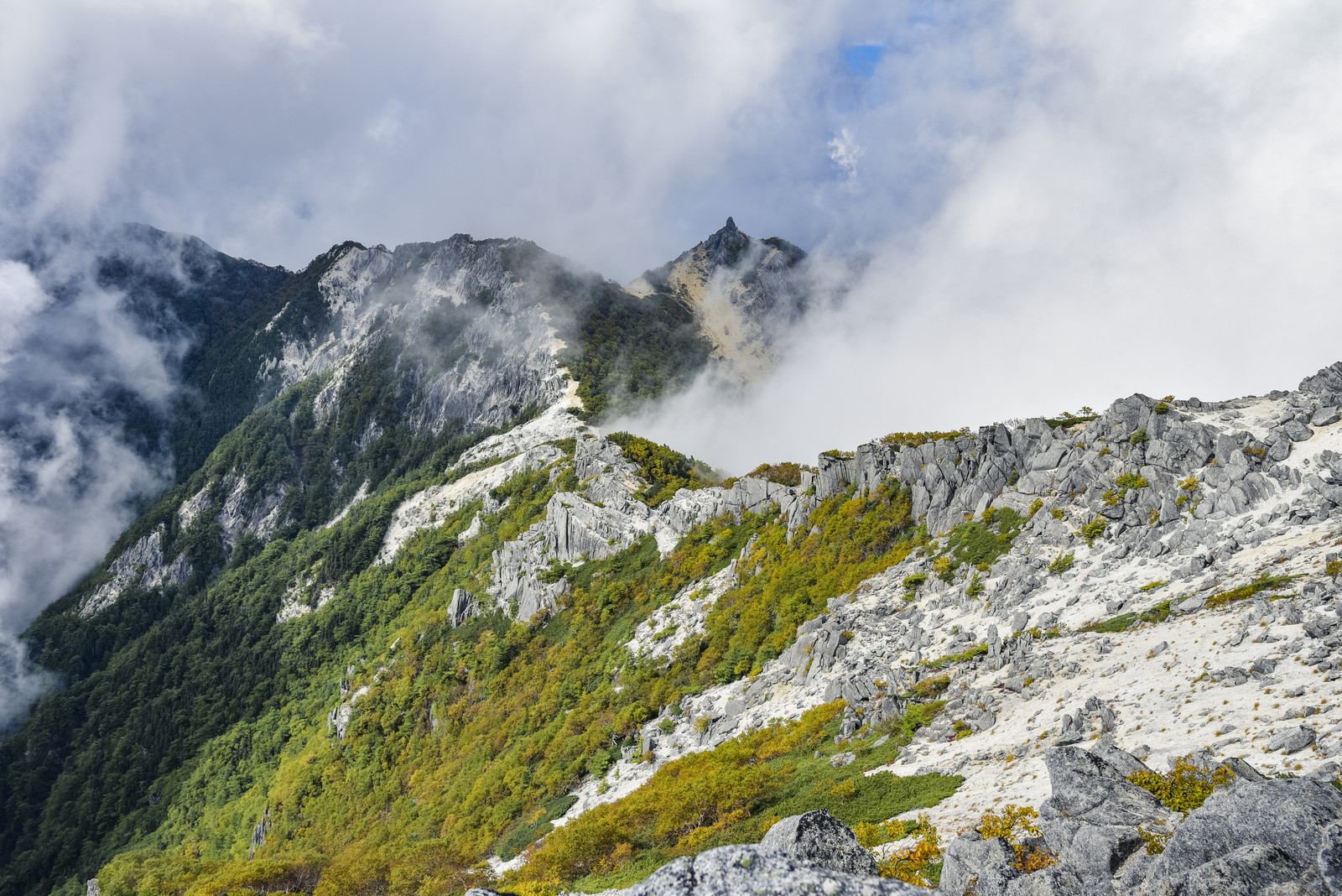 「白砂の稜線の向こうに浮かぶオベリスク(鳳凰三山)」の写真