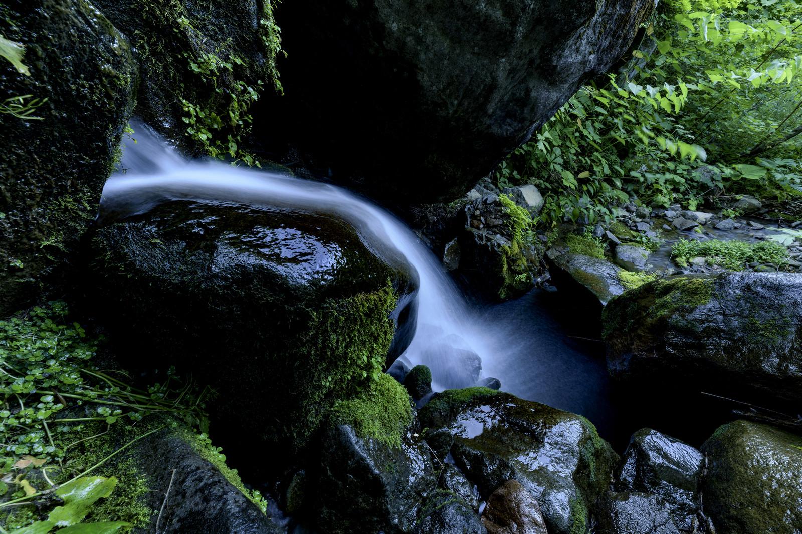 「火打山を流れる小さな滝」の写真