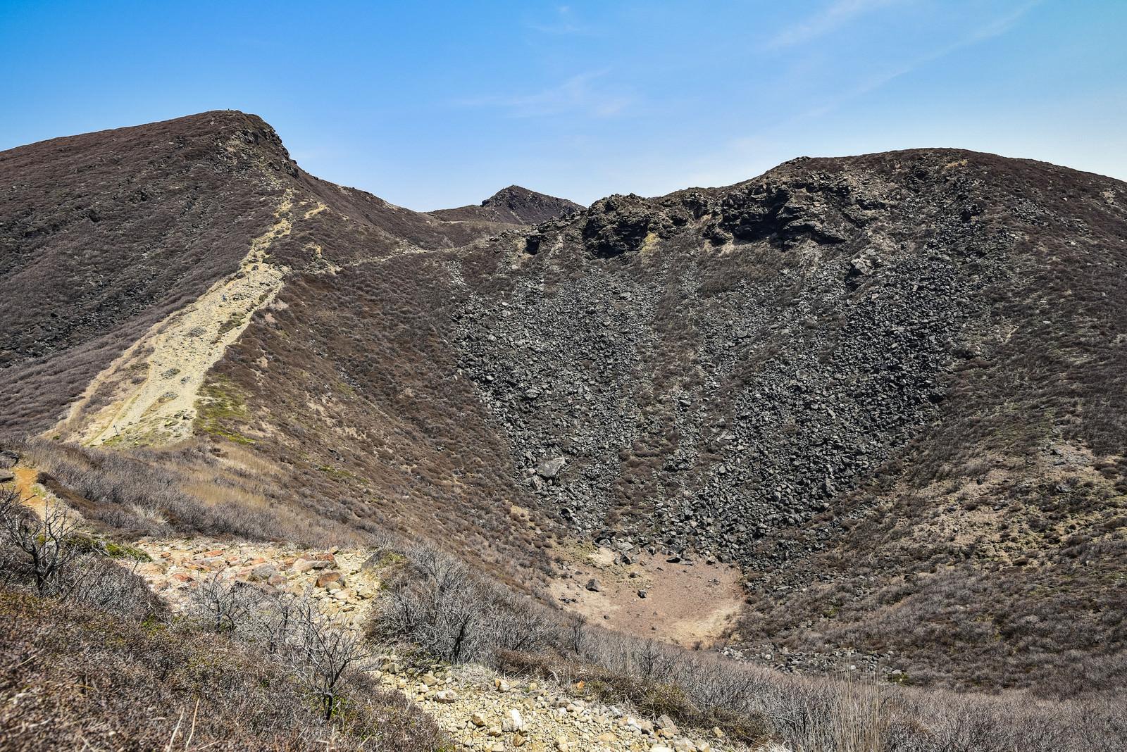 「久住山にぽっかりあいた火口(大分県竹田市)」の写真