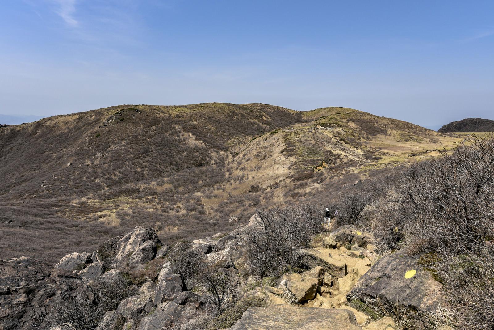 「荒涼とした山肌が続く久住山(くじゅうさん)」の写真