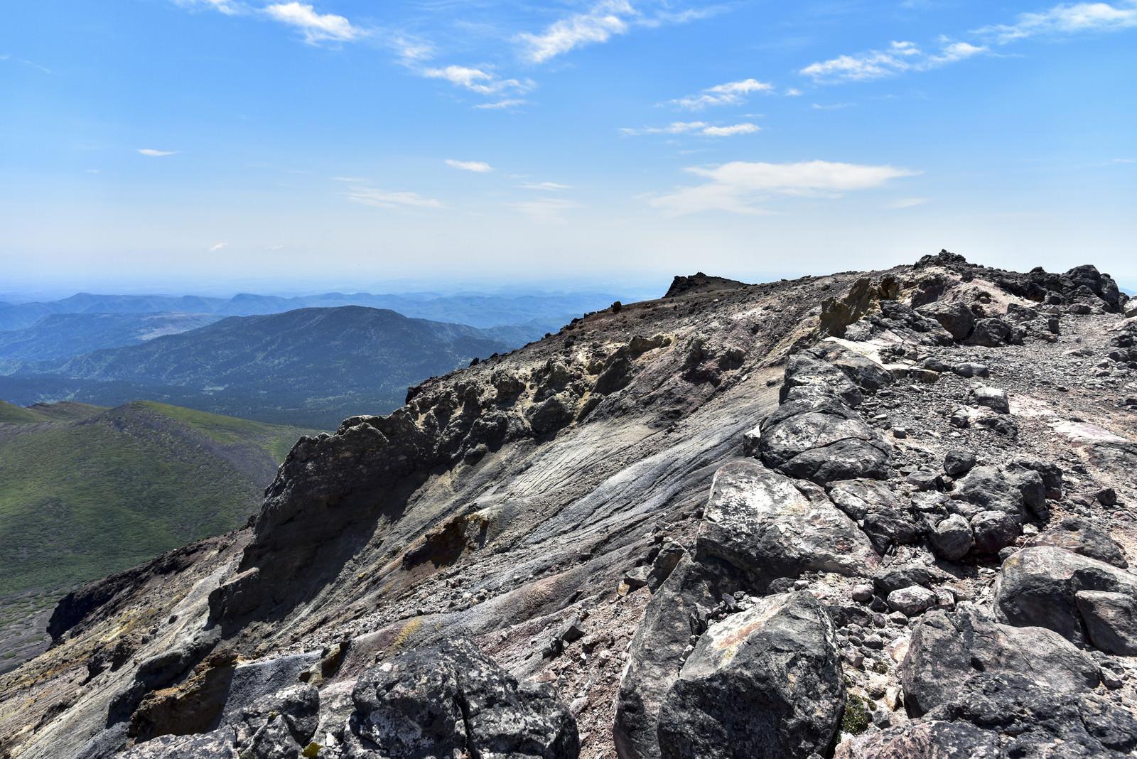 「阿寒富士山頂の溶岩が固まった景色(雌阿寒岳)」の写真