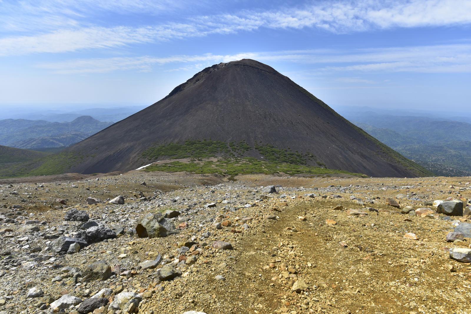 「雌阿寒岳から見る阿寒富士」の写真