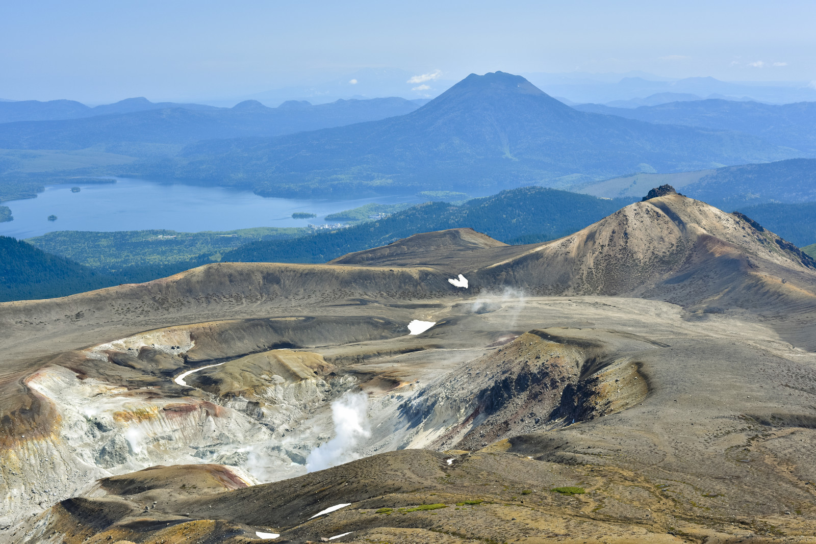 「雌阿寒岳山頂からのパノラマ」の写真