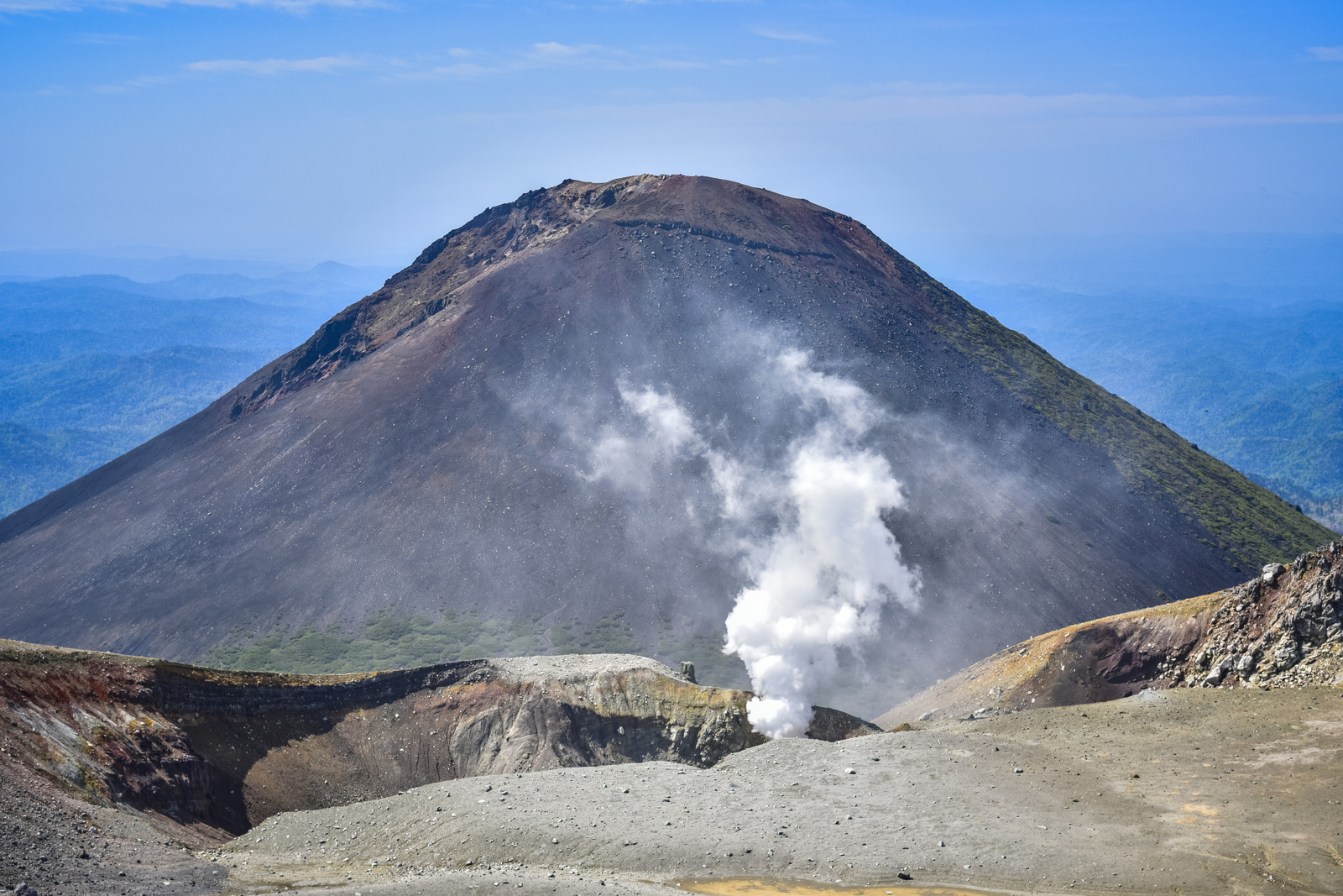 「雌阿寒岳山頂から見る阿寒富士」の写真