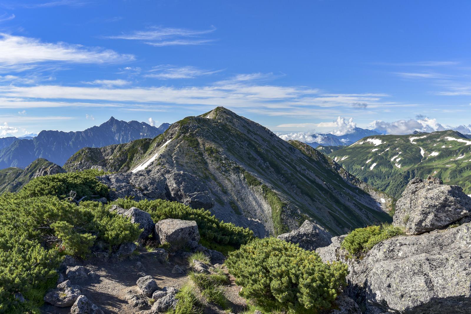 「ワリモ岳から見る鷲羽岳山頂と槍ヶ岳(水晶岳)」の写真