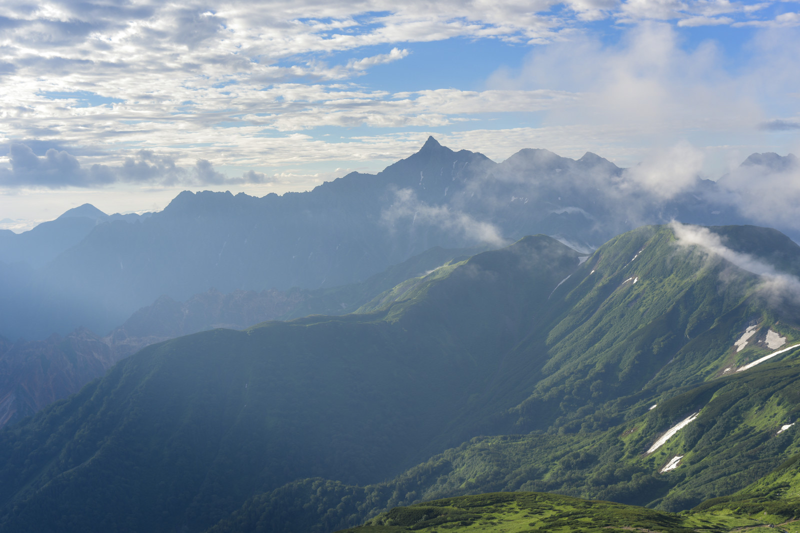 「三俣蓮華岳山頂から見る早朝の槍ヶ岳(水晶岳)」の写真