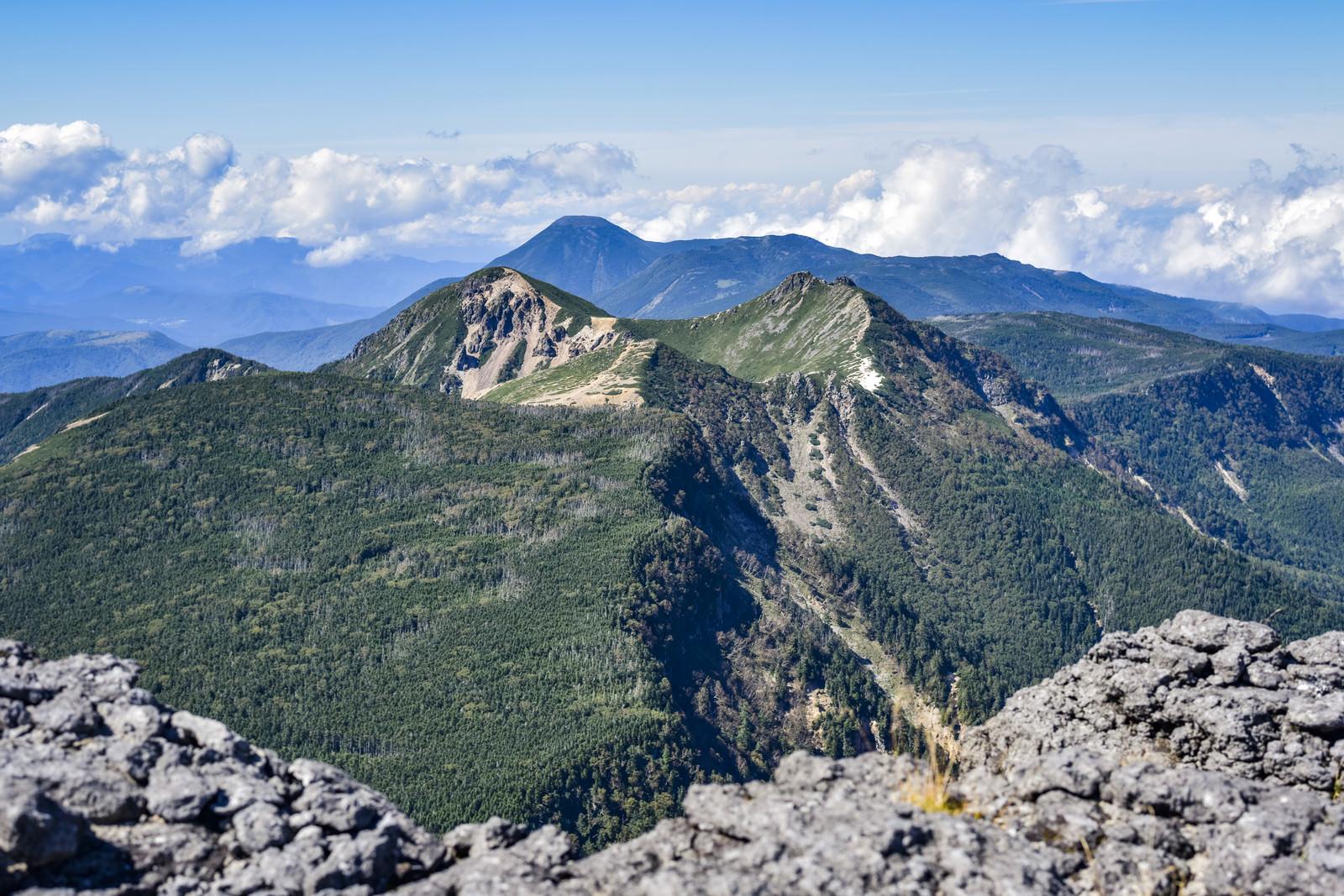 「横岳の奥に見える蓼科山方面の姿(赤岳)」の写真