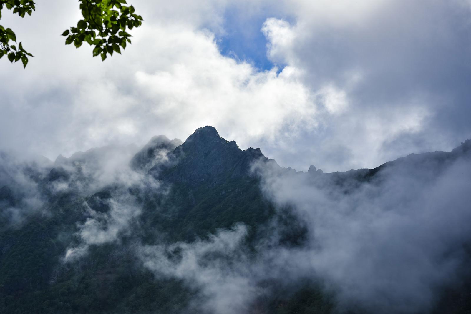 「雲の隙間から顔を見せる八ヶ岳(赤岳)」の写真