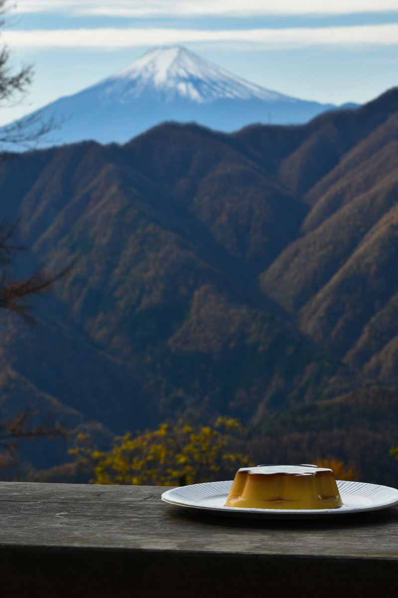 「富士山と富士山のような形をしたプリン」の写真