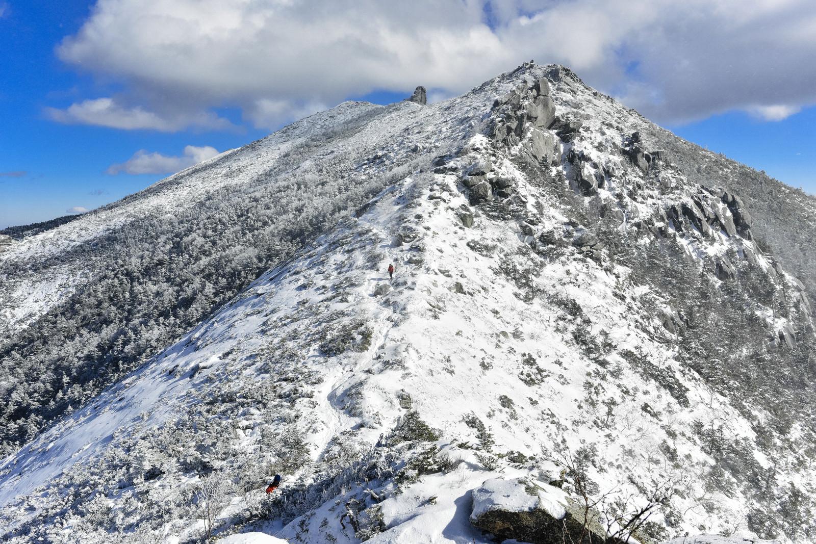「金峰山山頂の五丈岩を目指して歩く登山者」の写真