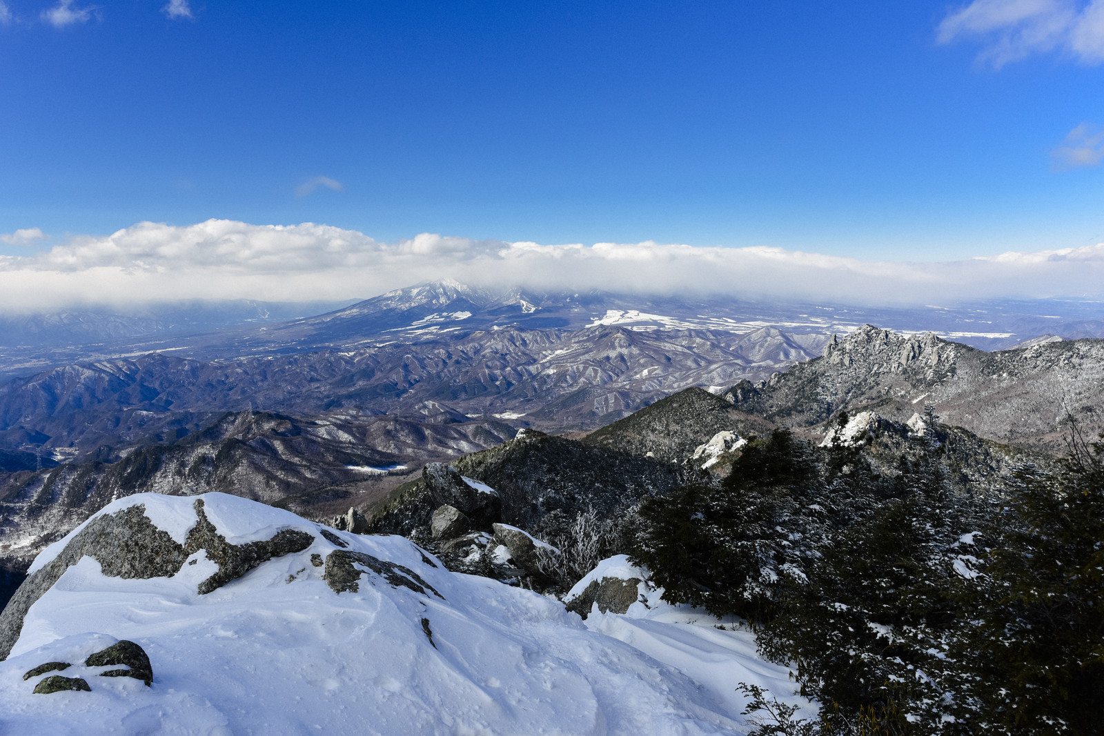 「雲に包まれた八ヶ岳(金峰山)」の写真
