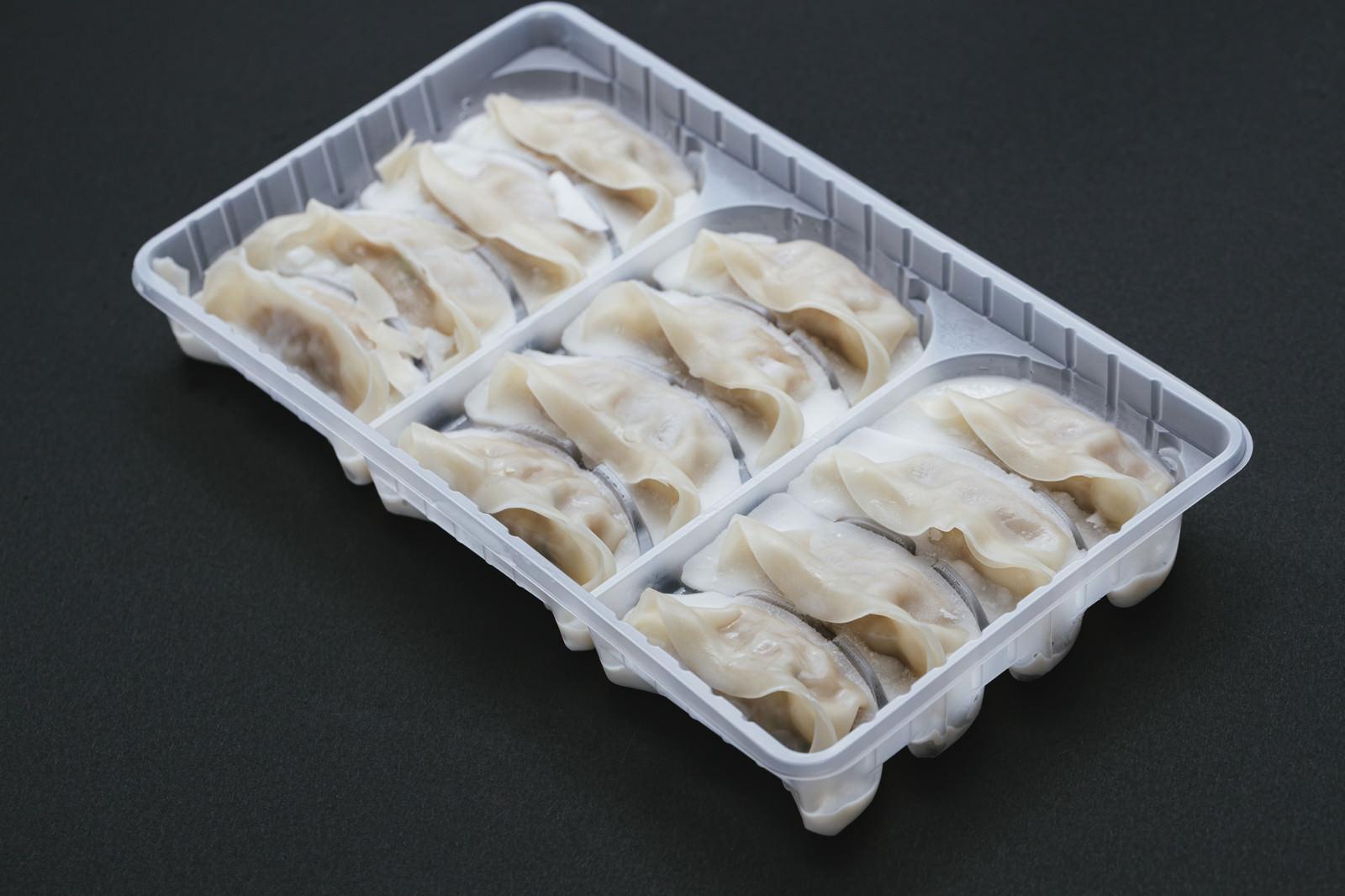「調理前の冷凍餃子」の写真