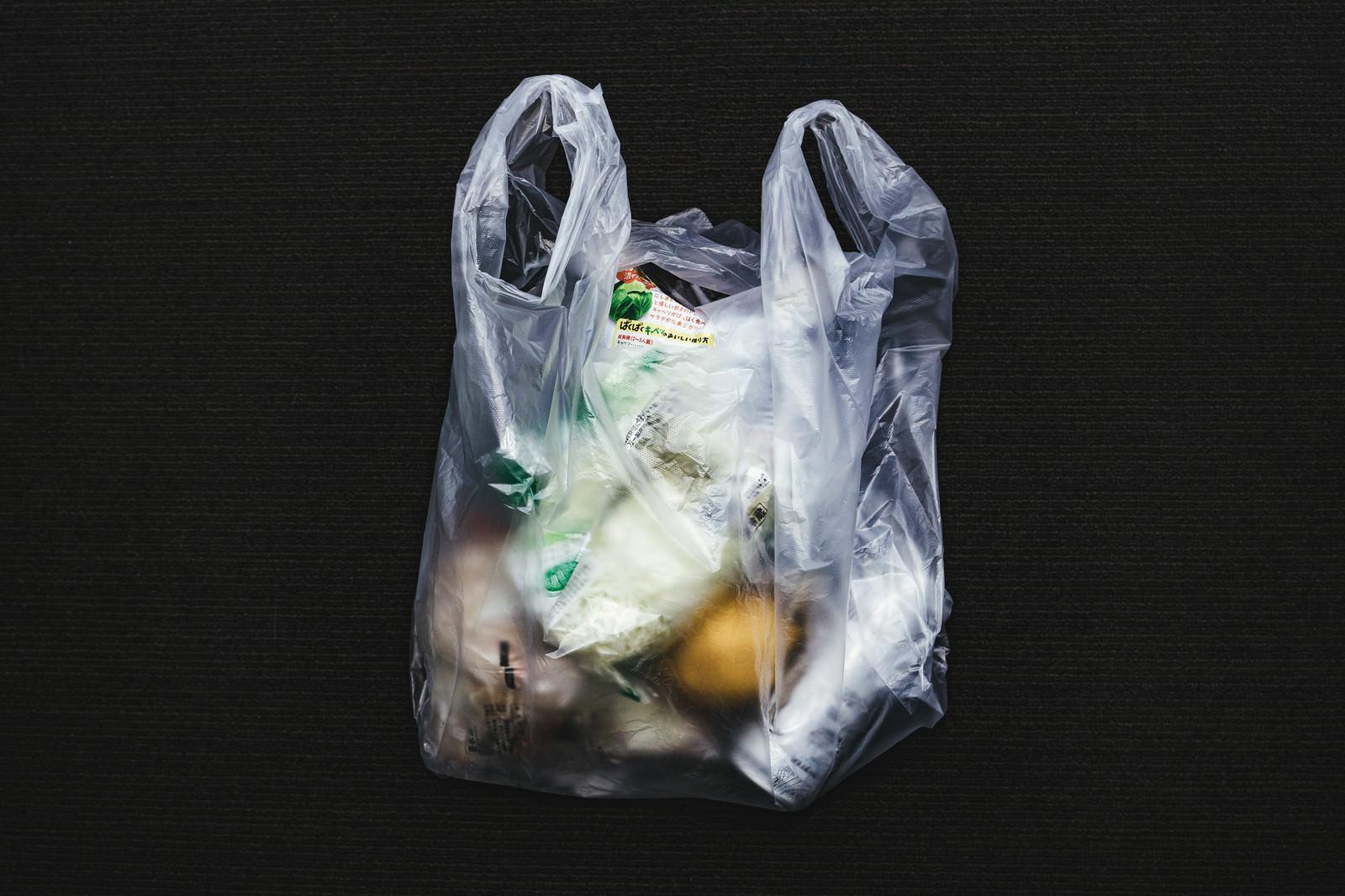 「買ったものをレジ袋に詰める」の写真